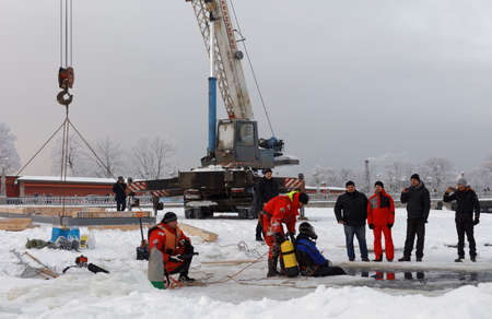 battesimo: San Pietroburgo, Russia - 17 gennaio 2016: il personale Emercom costruire il buco di ghiaccio nello stretto Kronverk per le celebrazioni del Battesimo di Gesù. Nel cristianesimo orientale, il Battesimo di Cristo è commemorato il 19 gennaio