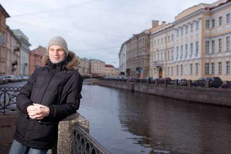 ropa de invierno: Hombre maduro en ropa de invierno en el terrapl�n del r�o Moika en San Petersburgo, Rusia