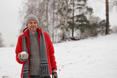 boule de neige: homme d'âge mûr avec boule de neige au cours de bataille de neige Banque d'images