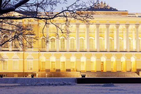 Russian palace: San Petersburgo, Rusia - 08 de enero, 2016: Fachada norte del palacio Mijailovski. Construido en 1819-1825 por el dise�o de Carlo Rossi, el palacio alberga el museo ruso desde 1895 Editorial