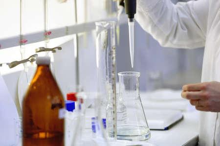 bureta: San Petersburgo, Rusia - 25 de febrero de, 2016: Olga Agarkova participa en el concurso de habilidades profesionales entre los técnicos de análisis químicos. El concurso se lleva a cabo por la empresa de servicios públicos de agua municipal Vodokanal