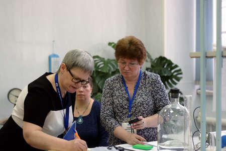 jurado: San Petersburgo, Rusia - 25 de febrero de, 2016: Jefe del abastecimiento de agua principal de la ciudad Olga Kudryavtseva (izquierda) y Natalia Garan en el jurado del concurso de habilidades profesionales entre los analistas qu�micos Editorial