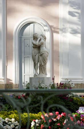 psique: Oranienbaum, Rusia - 29 de agosto de 2015: la escultura de Cupido y Psique en el palacio chino en oranienbaum jardín. Construido en 1711-1727, que está catalogado como Patrimonio de la Humanidad por la UNESCO