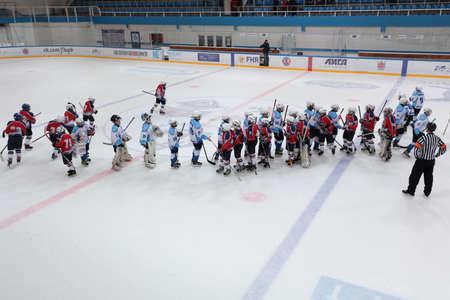 manos estrechadas: San Petersburgo, Rusia - 25 de marzo 2016: Los equipos despu�s del partido de hockey sobre hielo Bobrov vs Piter durante el torneo entre los equipos de la Liga del futuro de los ni�os. Piter gan� el partido 4: 2