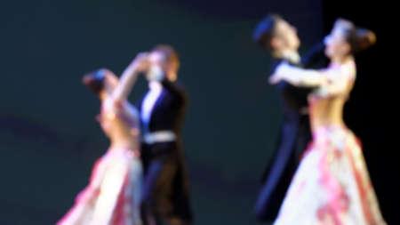 Defocused imago van de mensen dansen de wals