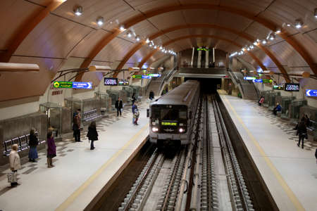 소피아, 불가리아 -2006 년 3 월 10 일 : 소피아 메트로 폴 리 탄의 Serdika 역에있는 사람들. 지하철 시스템은 1998 년에 문을 열었으며 총 길이는 38.6km입니다