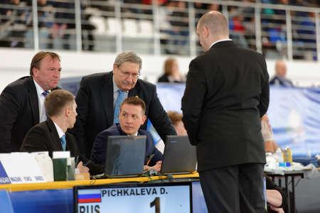 arbitros: San Petersburgo, Rusia - 16 de abril 2016: Los árbitros discutir el momento del partido Daria Pichkaleva de Rusia vs Kim Akker de los Países Bajos. 346 atletas de 22 países participaron en la competencia