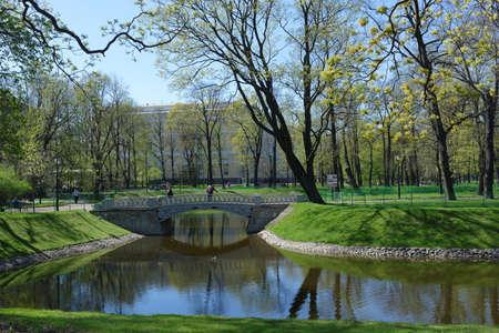 palacio ruso: San Petersburgo, Rusia - 5 de mayo 2016: Estanque y Mijailovski Palace en el jardín de Mikhailovsky en primavera. Construido en 1819-1825 por el diseño de Carlo Rossi, el palacio alberga el museo ruso desde 1895