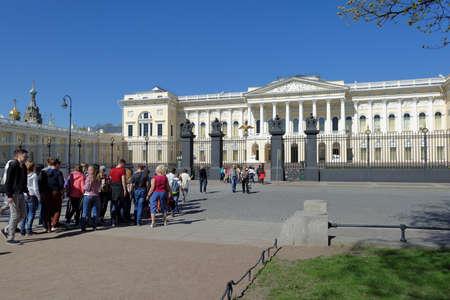palacio ruso: San Petersburgo, Rusia - 5 de mayo 2016: La gente contra la fachada principal del palacio Mijailovski. Construido en 1819-1825 por el diseño de Carlo Rossi, el palacio alberga el museo ruso desde 1895 Editorial