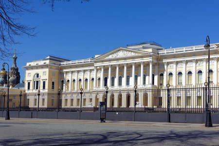 palacio ruso: San Petersburgo, Rusia - 5 de mayo 2016: Fachada principal del palacio Mijailovski. Construido en 1819-1825 por el diseño de Carlo Rossi, el palacio alberga el museo ruso desde 1895