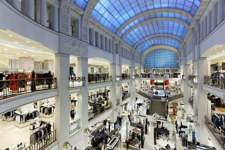 St. Petersburg, Rusland - 20 mei 2016: Interieur van het warenhuis DLT tijdens de zomer. Stijl. Festival. Gezonde levensstijl en sportesthetiek staan ??dit jaar centraal in het evenement