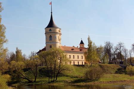 boutique hotel: Pavlovsk, San Petersburgo, Rusia - 8 de mayo 2016: Vista al castillo Bip en un día de primavera. El castillo fue construido en 1795-1797 por el emperador Pablo I, y fue restaurado en 2011 como hotel boutique privada
