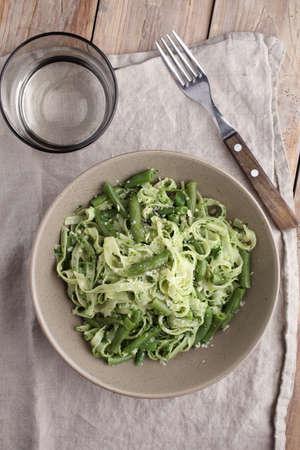 ejotes: pasta al pesto con jud�as verdes en una mesa r�stica