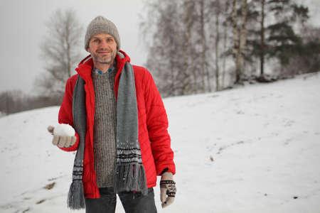 boule de neige: homme d'�ge m�r avec boule de neige au cours de bataille de neige Banque d'images