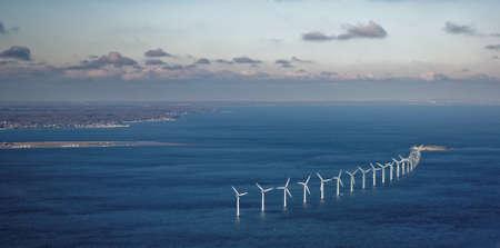 エーレスンド海峡、デンマークのコペンハーゲンの近くで風農場の空中写真