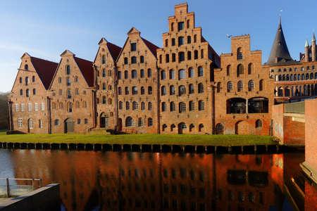 banco mundial: Lübeck, Alemania - 30 de diciembre de, 2016: almacenes de sal en la orilla del río Trave. Debido a su extensa arquitectura gótica de ladrillo, la ciudad está en la lista por la UNESCO como Patrimonio de la Humanidad