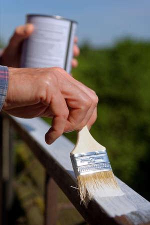 baranda para balcon: Man painting a guard rail on a balcony