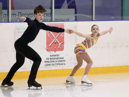 St. Petersburg, Russland - 18. April 2017: Eiskunstlauf-Wettbewerbe auf dem Prix von St. Petersburg Föderation der Eiskunstlauf. 150 Athleten aus 6 Regionen Russlands nehmen an den Wettbewerben teil Standard-Bild - 77201835