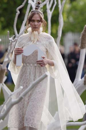 Saint-Pétersbourg, Russie - 24 juin 2017: Spectacle de mode théâtral de Leonid Alexeev lors du projet Associations-2017. Cette année, le thème principal du projet est le gothique: nouveaux sens