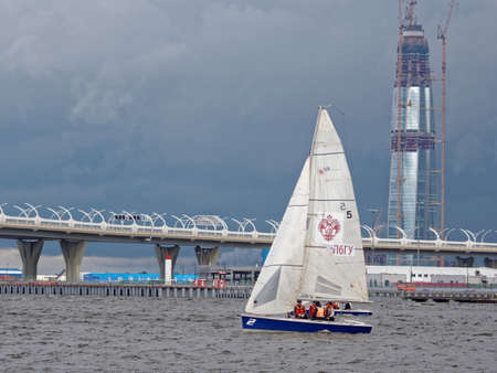 bateau de course: St. Petersburg, Russia - June 27, 2017: Athletes compete in the final of Saint Petersburg University Open Cup. Its the only students sailing regatta in the city