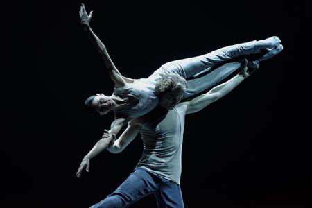 San Petersburgo, Rusia - 16 de noviembre de 2017: Los bailarines de ballet Lucia Lacarra y Marlon Dino se realizan durante el concierto de gala de Oleg Vinogradov. Gran coreógrafo celebró su 80 aniversario Editorial