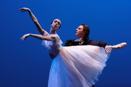 St Petersburg, Russia - 16 novembre 2017: I solisti di balletto del teatro di Mariinsky Yekaterina Osmolkina e Anton Korsakov eseguono durante il concerto di gala di Oleg Vinogradov. Il grande coreografo ha celebrato il suo 80 ° anniversario