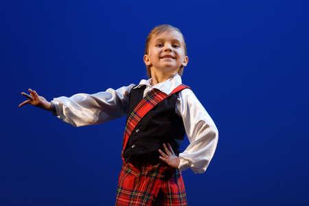 San Pietroburgo, Russia - 16 novembre 2017: Studente della scuola di balletto Ilya Kuznetsov Stephan Otto si esibisce durante il concerto di gala di Oleg Vinogradov. Il grande coreografo ha celebrato il suo 80 ° anniversario