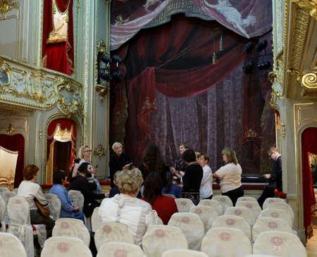 세인트 피터스 버그, 러시아 -2010 년 8 월 30 일 : Yusupov 궁전의 궁전 극장에서 사람들. 궁전은 XVIII 세기 후반에 세워졌으며 지금은 상트 페테르부르크 백