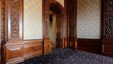 Yusupov 궁전에서 오크 다 이닝 룸의 상트 페테르부르크, 러시아 -2011 년 8 월 30 일 : 인테리어. 궁전은 XVIII 세기 후반에 세워졌으며 지금은 상트 페테르부