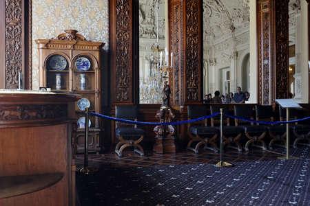 상트 페테르부르크, 러시아 -2011 년 8 월 30 일 : Yusupov 궁전에서 다 이닝 룸에서 사람들. 궁전은 XVIII 세기 후반에 건립되었으며, 지금은 상트 페 테르 부 에디토리얼