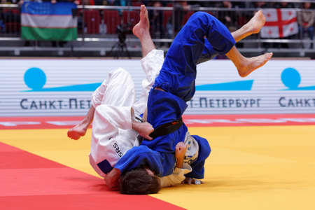 St. Petersburg, Rusland - 16 december 2017: Vecht voor 3e plaats Tommy Macias, (wit) Zweden versus Giyosjon Boboev, Oezbekistan tijdens de Judo World Masters-tour. Macias won bronzen medaille