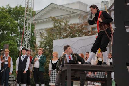 Saint-Pétersbourg, Russie - 19 juillet 2017: Les acteurs interprètent l'opéra The Marksman de CM von Weber en plein air pendant le festival All Together Opera. Il était troisième de 4 représentations Banque d'images - 92974493