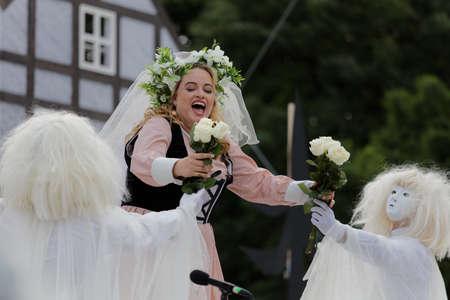 Saint-Pétersbourg, Russie - 19 juillet 2017: Micaela di Catalano comme Agathe dans l'opéra Le Marqueur de CM von Weber en plein air pendant le festival All Together Opera. Il était troisième de 4 représentations Banque d'images - 92974501