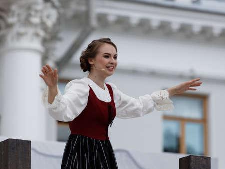 Saint-Pétersbourg, Russie - 19 juillet 2017: Olga Cheremnykh dans le rôle d'Anchen dans l'opéra Le tireur d'élite de CM von Weber en extérieur pendant le festival All Together Opera. C'était la troisième de 4 représentations Banque d'images - 93101040