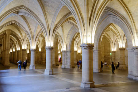 Paris, France - September 13, 2013: Tourist in Salle des Gens dArmes in Conciergerie. The hall was built under King Philip the Fair, still remain from the days of the medieval palace 新聞圖片