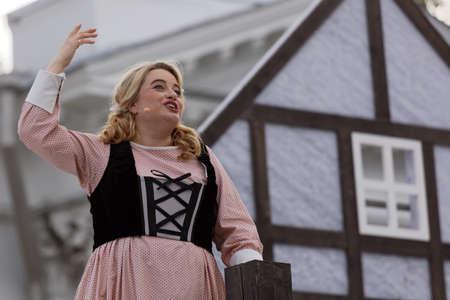 Saint-Pétersbourg, Russie - 19 juillet 2017: Micaela di Catalano comme Agathe dans l'opéra Le Marqueur de CM von Weber en plein air pendant le festival All Together Opera. Il était troisième de 4 représentations Banque d'images - 93042286