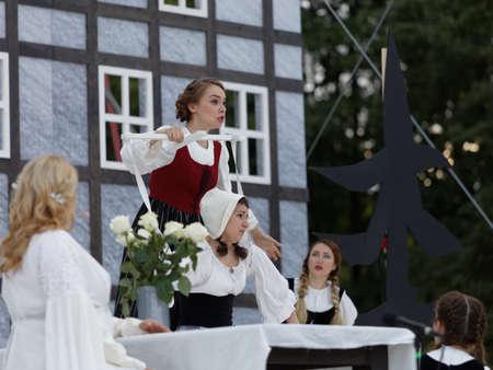 Saint-Pétersbourg, Russie - 19 juillet 2017: Les acteurs interprètent l'opéra The Marksman de CM von Weber en plein air pendant le festival All Together Opera. Il était troisième de 4 représentations Banque d'images - 93101109