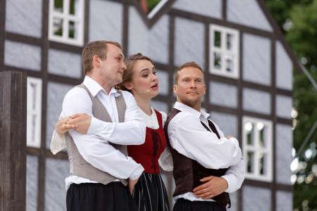 Saint-Pétersbourg, Russie - 19 juillet 2017: Les acteurs interprètent l'opéra The Marksman de CM von Weber en plein air pendant le festival All Together Opera. Il était troisième de 4 représentations Banque d'images - 93101113