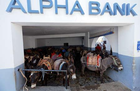 Lindos, Griekenland - 11 oktober 2017: Mensen op het hoofdstation van ezel taxi. Het gebruik van een ezeltaxi naar de Akropolis is een must in Lindos Redactioneel