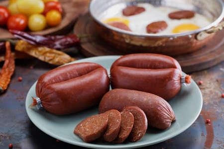Türkische Würstchen Sucuk, Spiegeleier und Gewürze