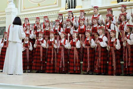 Sankt-Petersburg, Russland - 25. Februar 2018: Kinderchor Lielvarde, Lettland führt während der V Kinder- und Jugend-Chorweltmeisterschaft. Die erste Meisterschaft wurde 2011 in Hongkong ausgetragen