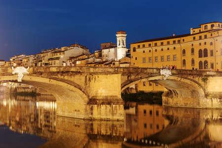 Florence, Italy - August 7, 2018: Night view to Ponte Santa Trinita bridge across Arno river. It is the oldest elliptic arch bridge in the world, created in 1569 by Bartolomeo Ammannati Standard-Bild - 116113494
