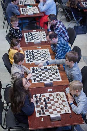 St. Petersburg, Russland - 29. Dezember 2018: Menschen spielen Schach in der Ausstellungshalle Manege während der Schnell- und Blitzweltmeisterschaften. Massenwettbewerbe zur Popularisierung des Schachs