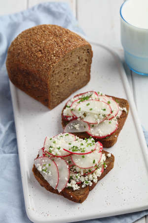 Kanapki, Polish sandwiches with radish, cottage cheese, and chives Foto de archivo