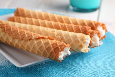 Gaufres de Montcuq, gaufres roulées fourrées à la crème sur un plat blanc