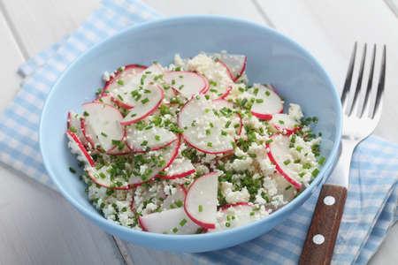 Salade printanière aux radis, fromage cottage et ciboulette