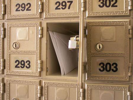 사서함 벽에 열린 사서함에 편지
