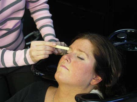 waxed: La mujer recibe sus cejas encerado.  Foto de archivo