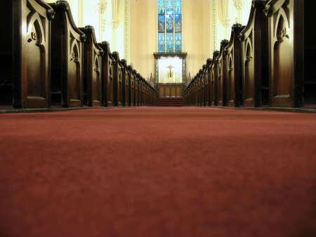 hymnal: Vedere l'altare del passato, la pews la navata basso prospettiva. Archivio Fotografico