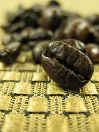 tissu or: D�tail de grains de caf� sur l'or en tissu. Faible profondeur de champ.